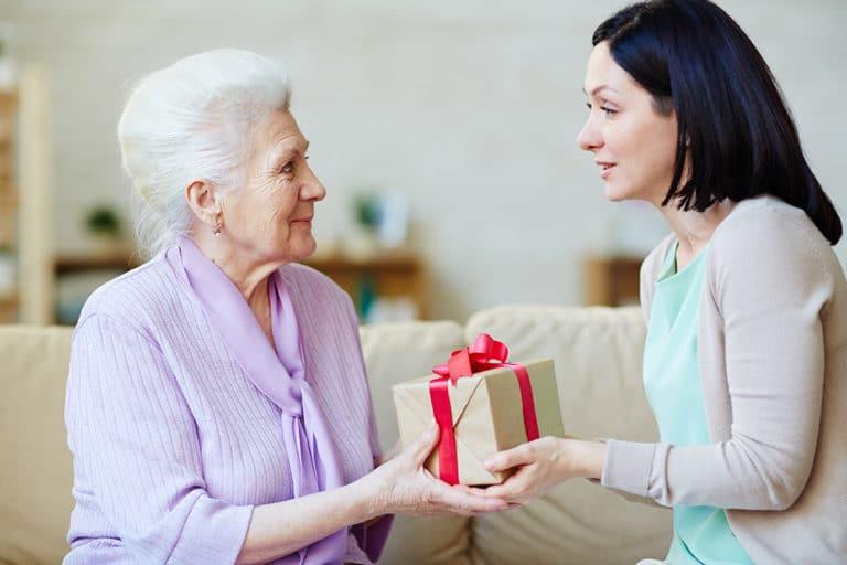что дарить пенсионерам