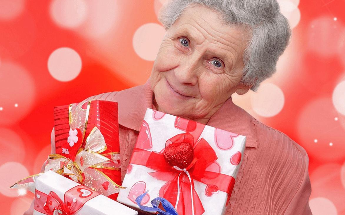 бабушка с подарком