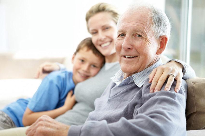 дедушка с родственниками
