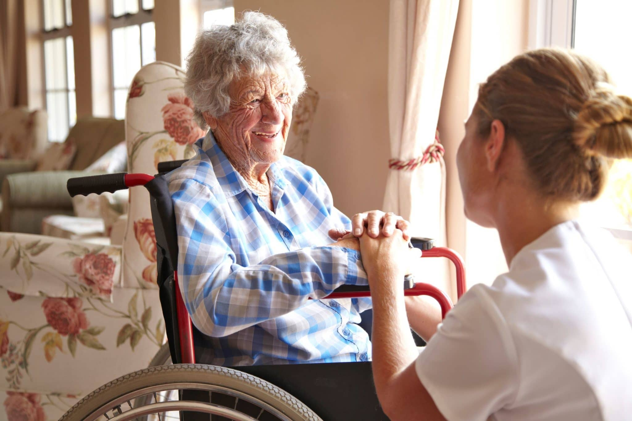 медсестра с бабушкой возле окна