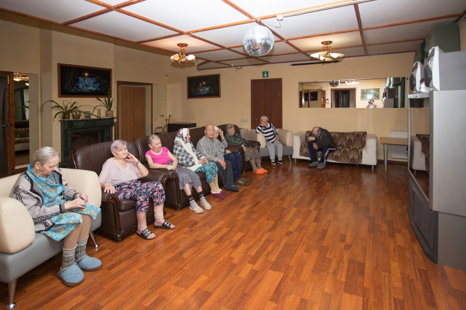 пенсионеры в зале