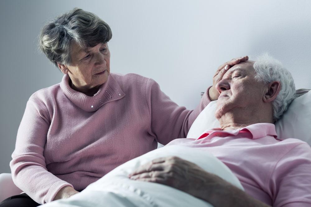 бабушка возле постели