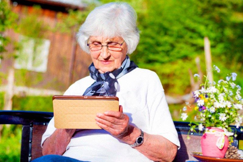 бабушка с планшетом