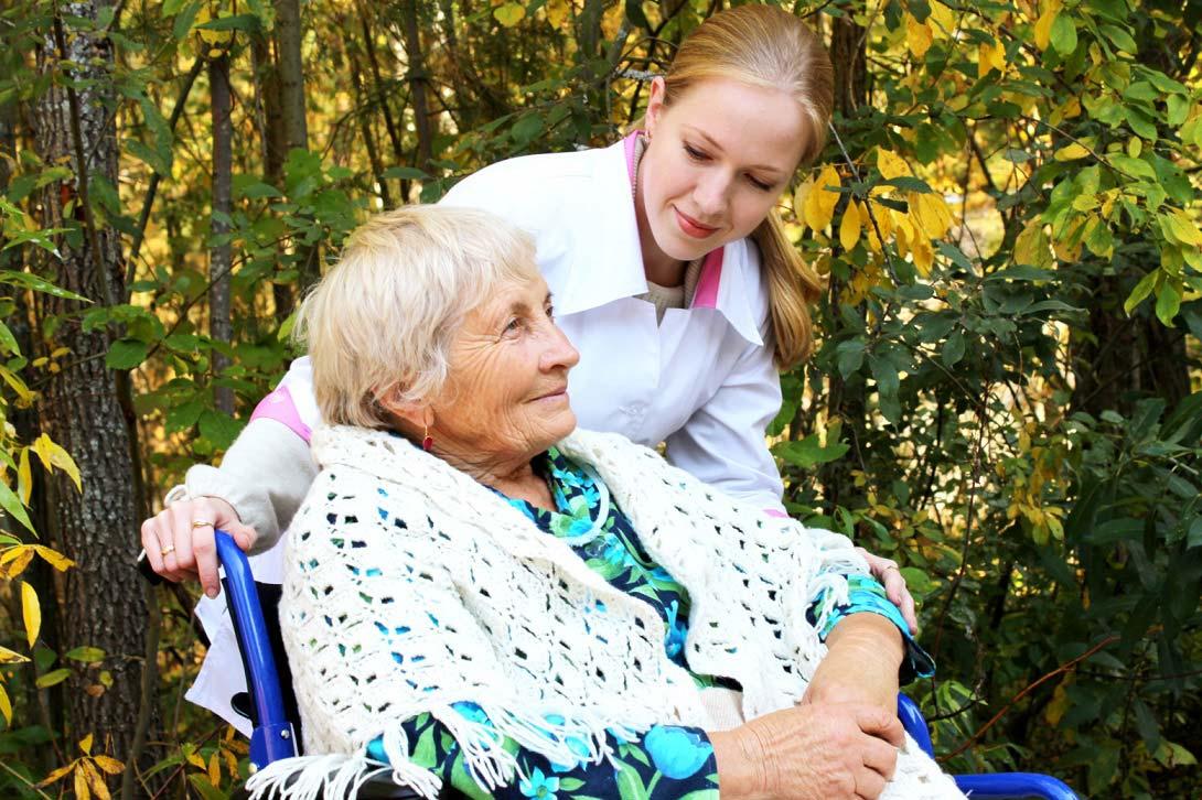 бабушка в коляске в пансионате